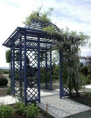 Blauer Rankpavillon aus Metall mit weißer Glyzinie