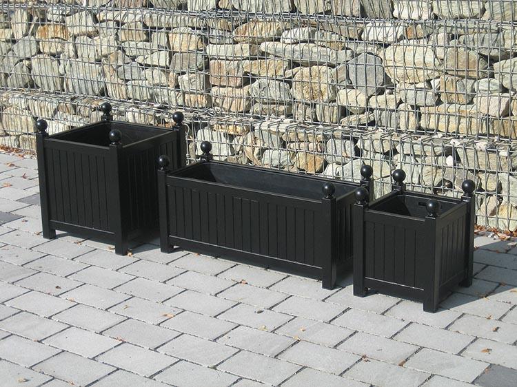 Drei Versailler Pflanzkübel aus Metall in unterschiedlichen Größen