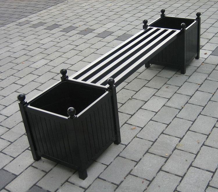 Gartenbank aus Metall mit Caisse Versailles Pflanzkübeln