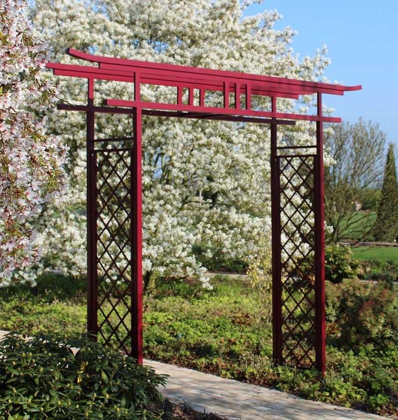 Japanischer Torbogen TORII mit Kirschblüten