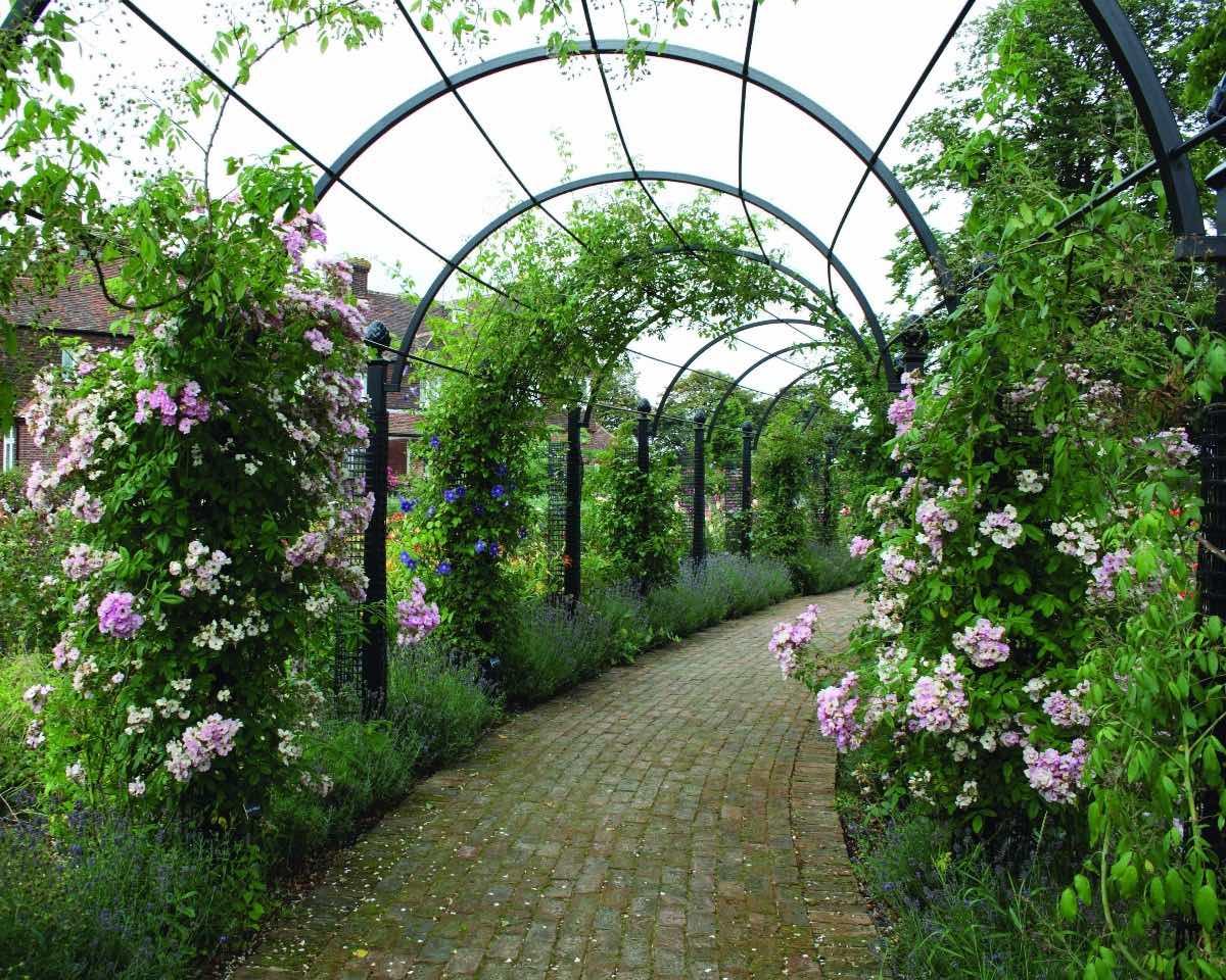 Laubengang St. Albans bewachsen mit Blumen und Rosen aus Metall in Schwarz