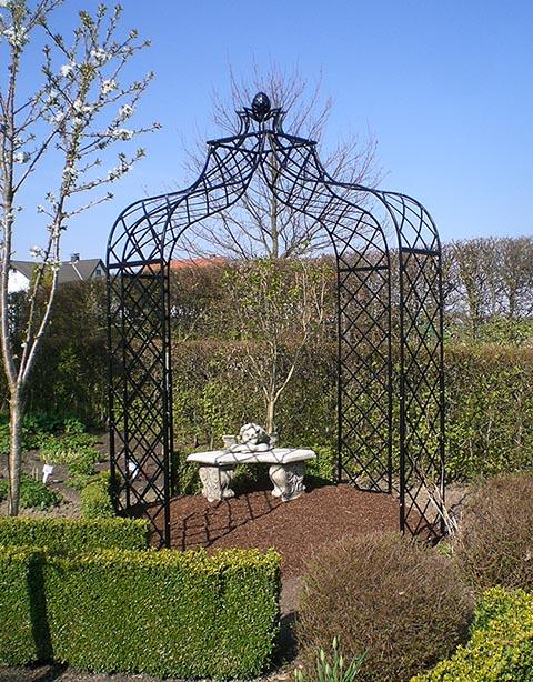 Metall Pavillon Kiftsgate mit blühendem Kirschbaum