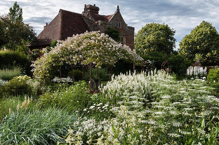Metall Pavillon im weißen Garten von Sissinghurst