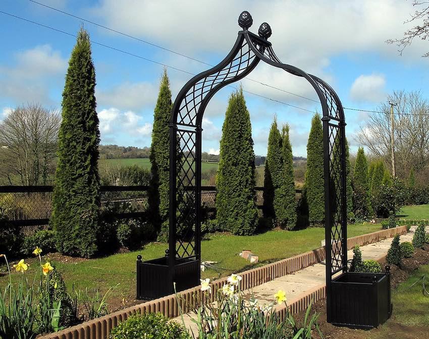 Metall Rosenbogen mit Pflanzkübel in irischem Garten