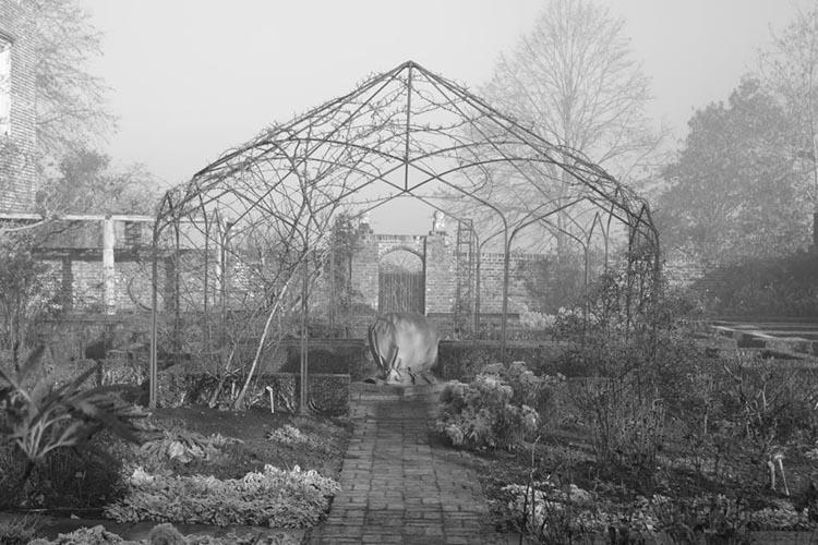 Struktur des Metall Pavillon im weißen Garten von Sissinghurst