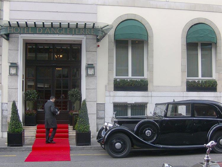 Versailler Pflanzkübel aus Metall am Eingang des Genfer Hotel d'Angleterre