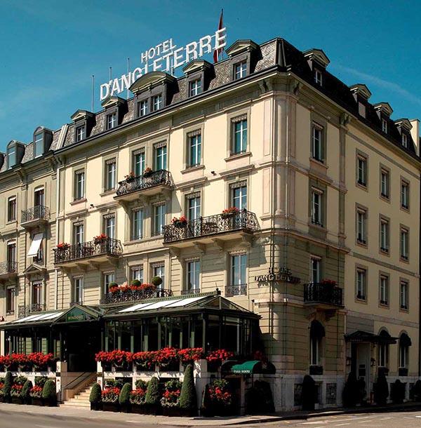 Versailler Pflanzkübel aus Metall dekorieren das Genfer Hotel d'Angleterre