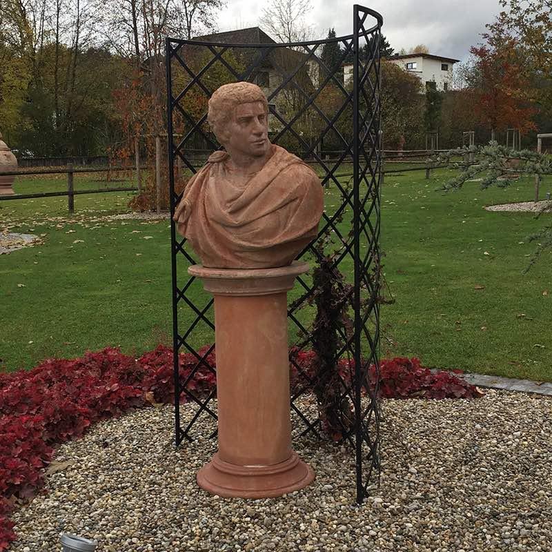 nischengitter-exedra-mit-terrakotta-statue 3