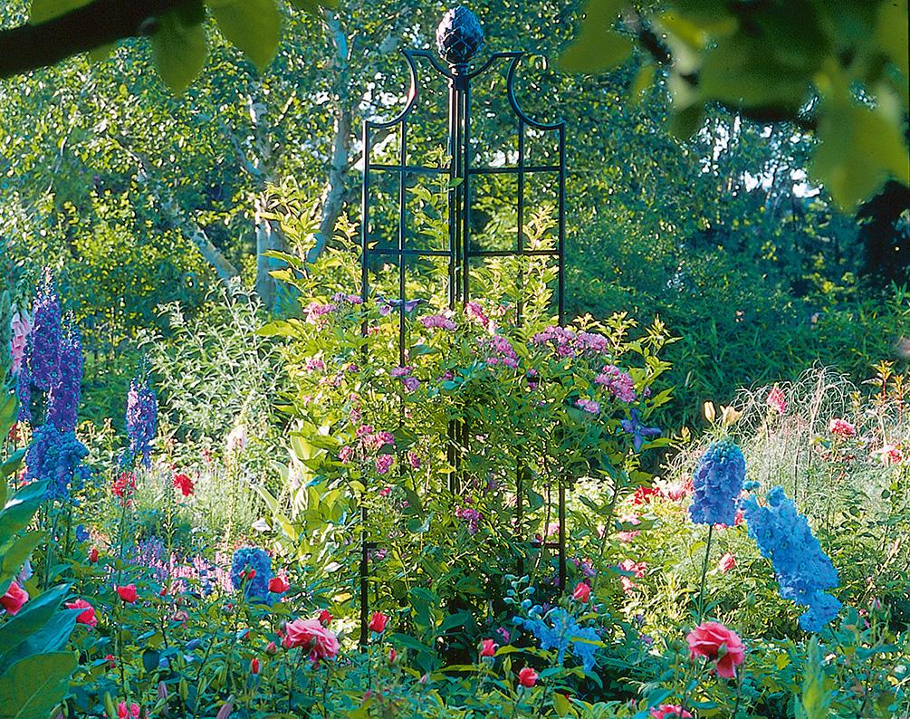 Obelisk in buntem Garten