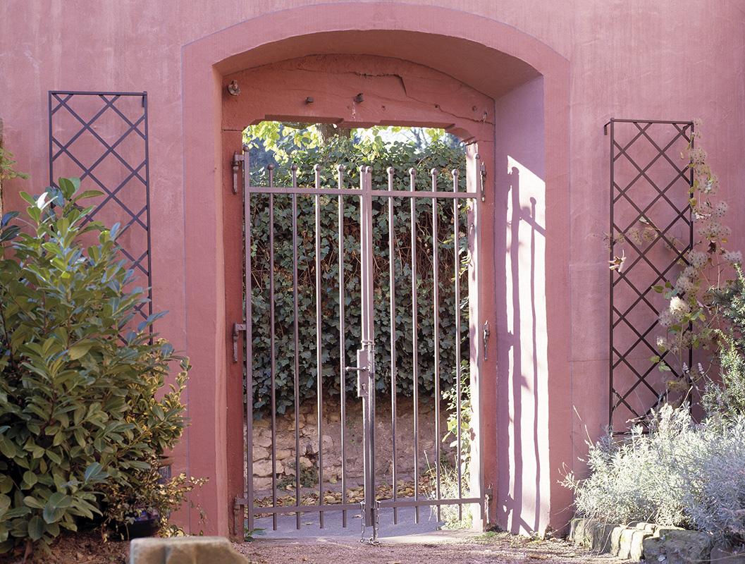 Klassische Wandgitter flankieren Toreingang