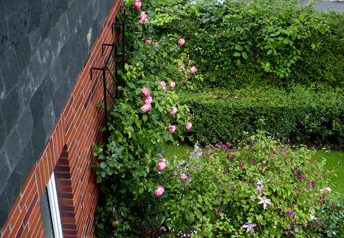 klassisches wandgitter an klinkerfassade classic garden. Black Bedroom Furniture Sets. Home Design Ideas