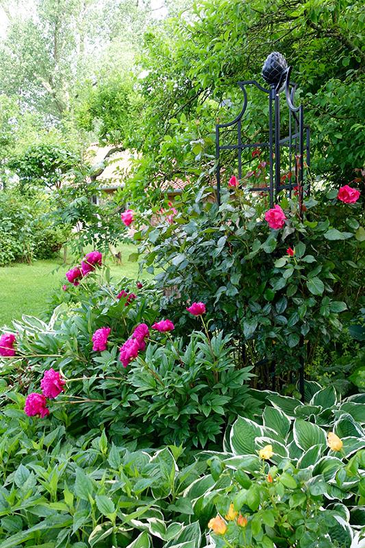 dreiflügeliger Rosenobelisk