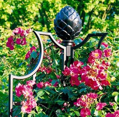 Ranksaeulen Garten Obelisk mit pinken Rosen von Classic Garden Elements