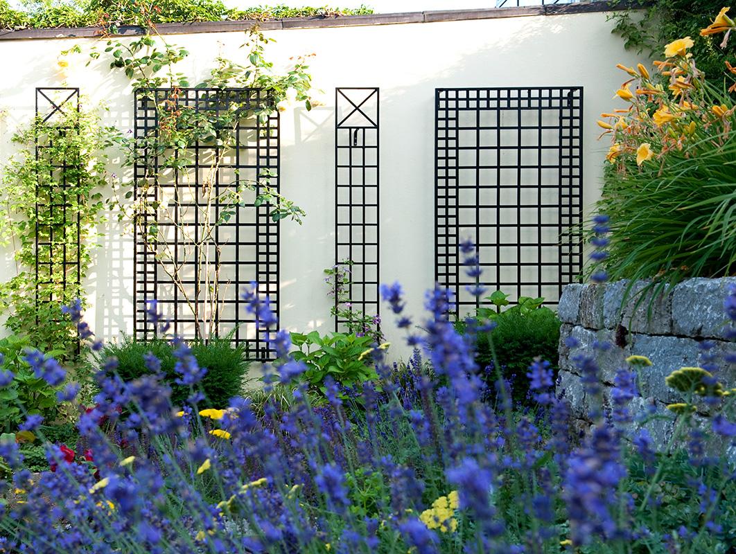 Wandspalier-Kombination mit Lavendelbeet