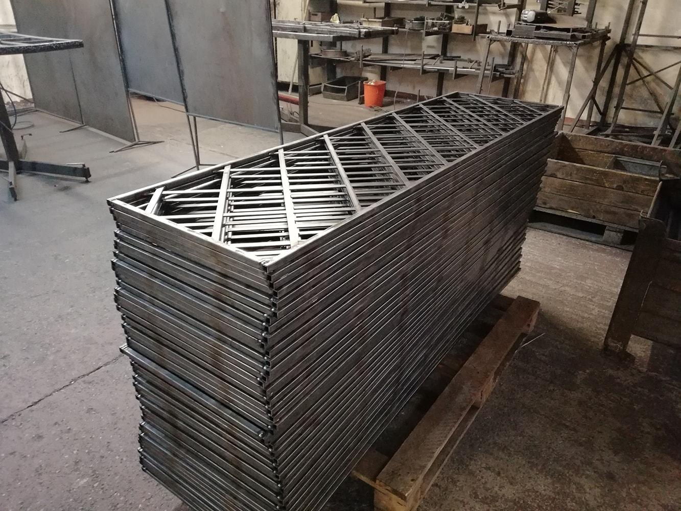 Pures Metall das verzinkt und pulverbeschichtet wird für Wand Rosengitter