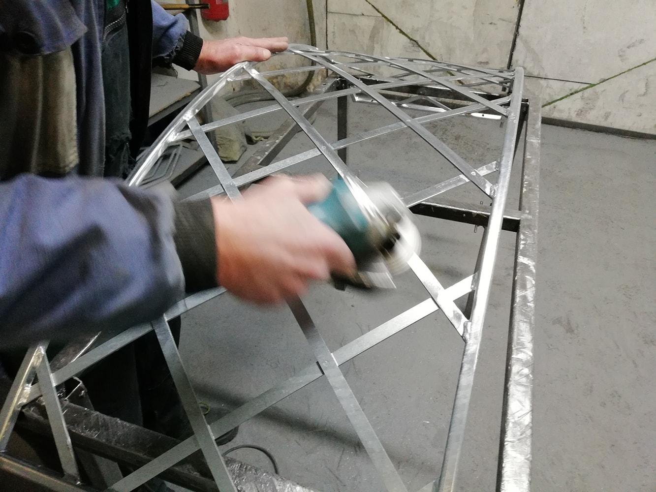 Schleifen Metall Rosenbogen in unserer Fabrik
