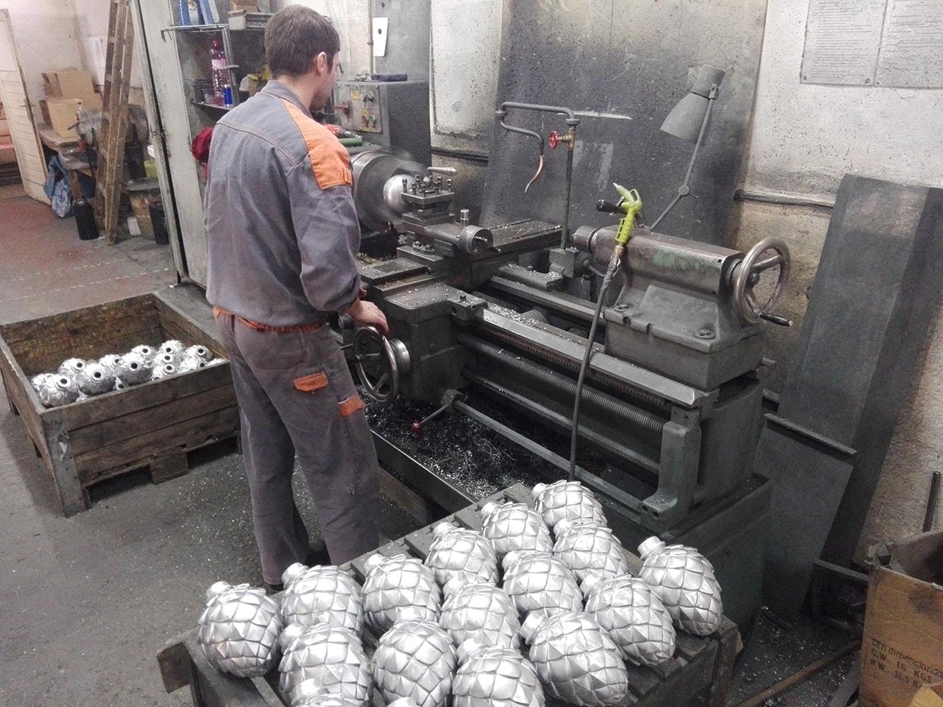 Pinienzapfen Herstellung aus Metall in Handarbeit