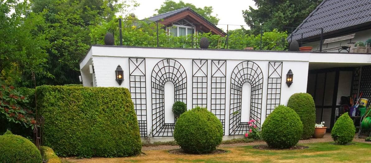 Wandspaliere an Wand für Rosen vom Hersteller