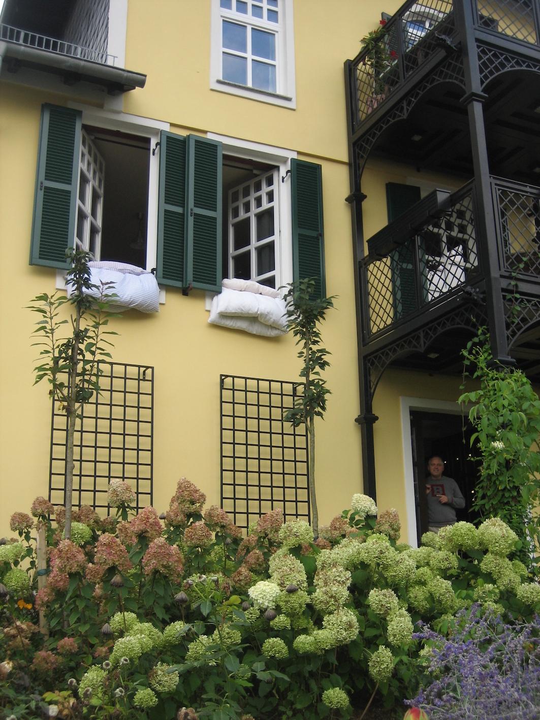 2 Wand Rankgitter aus Metall Modell Bauhaus in Schwarz an gelbem Haus