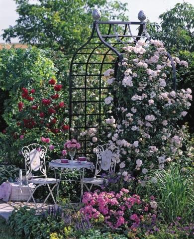 Mosaik Sitzgruppe vor Rosenlaube