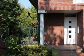 Rosebogen mit Tor zweiflüglig in Grün neben Haus