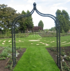 Rosenbogen Metall Schwarz im Park unbepflanzt