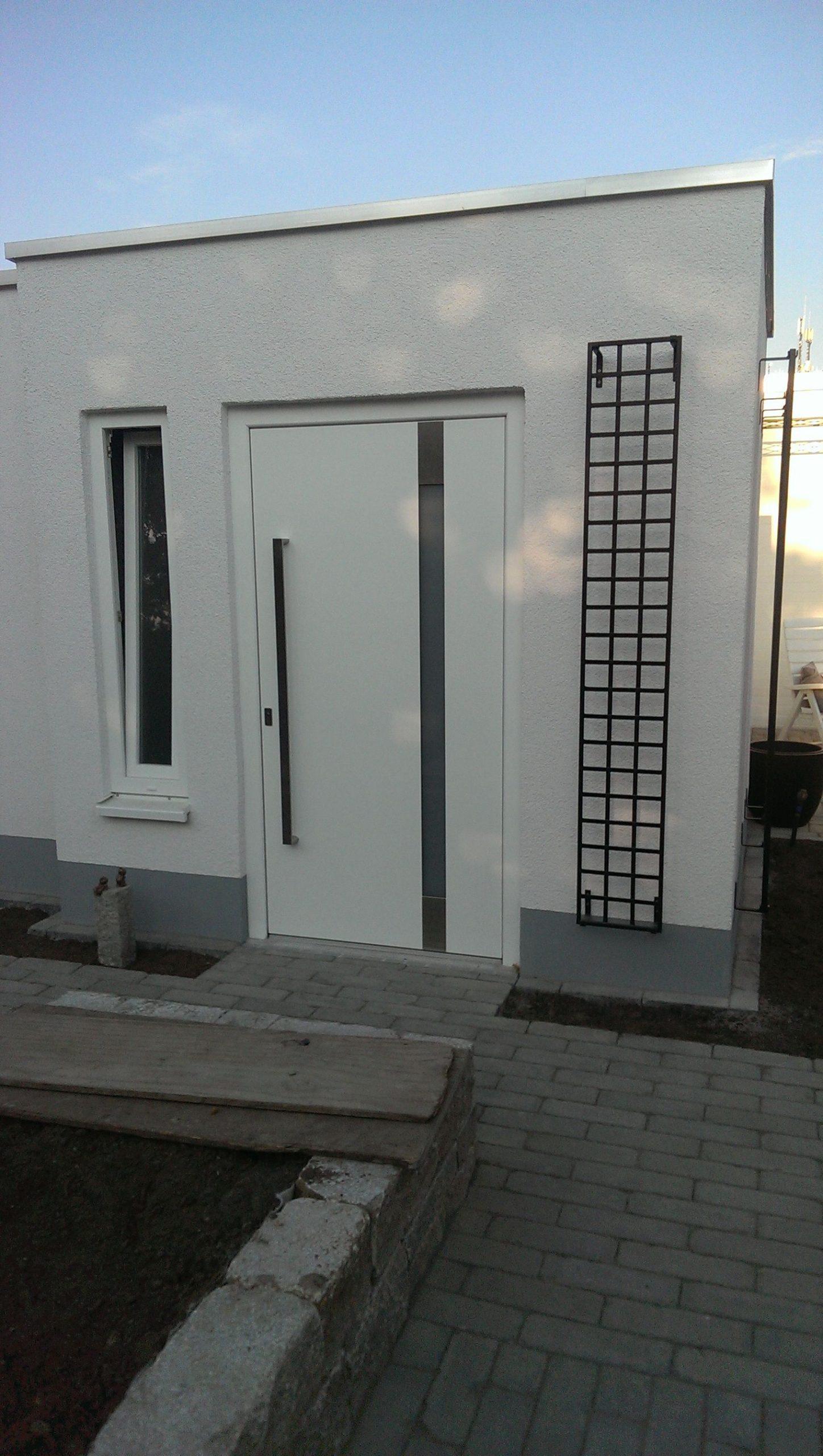 Schmales Wand Rankgitter am Eingang bei Haustüre
