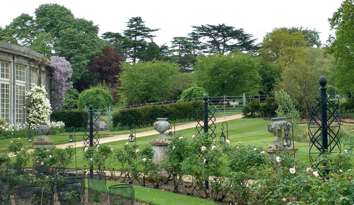 Drei Metall Rosenranken im Park