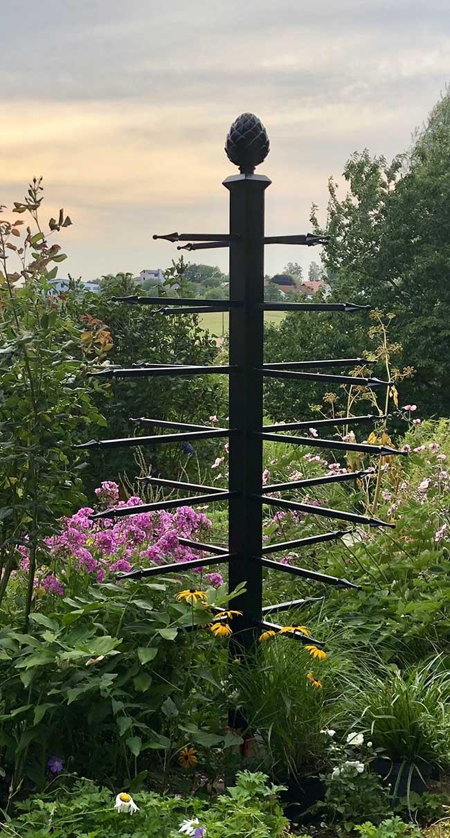 Freistehender Rankobelisk Geneva vor offener Landschaft