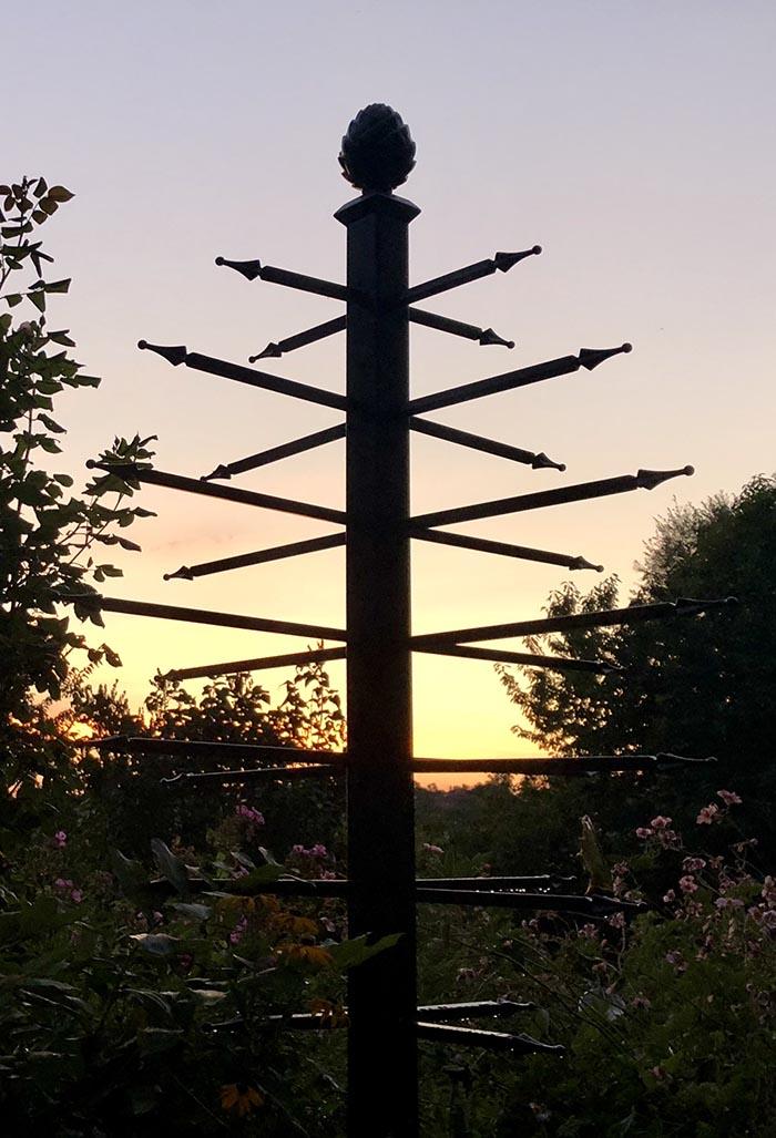 Freistehender Rankobelisk im Licht der Abendsonne