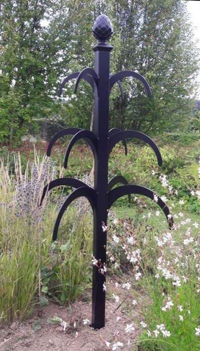 Rankobelisk aus Metall Hannibal im Cottage Garten