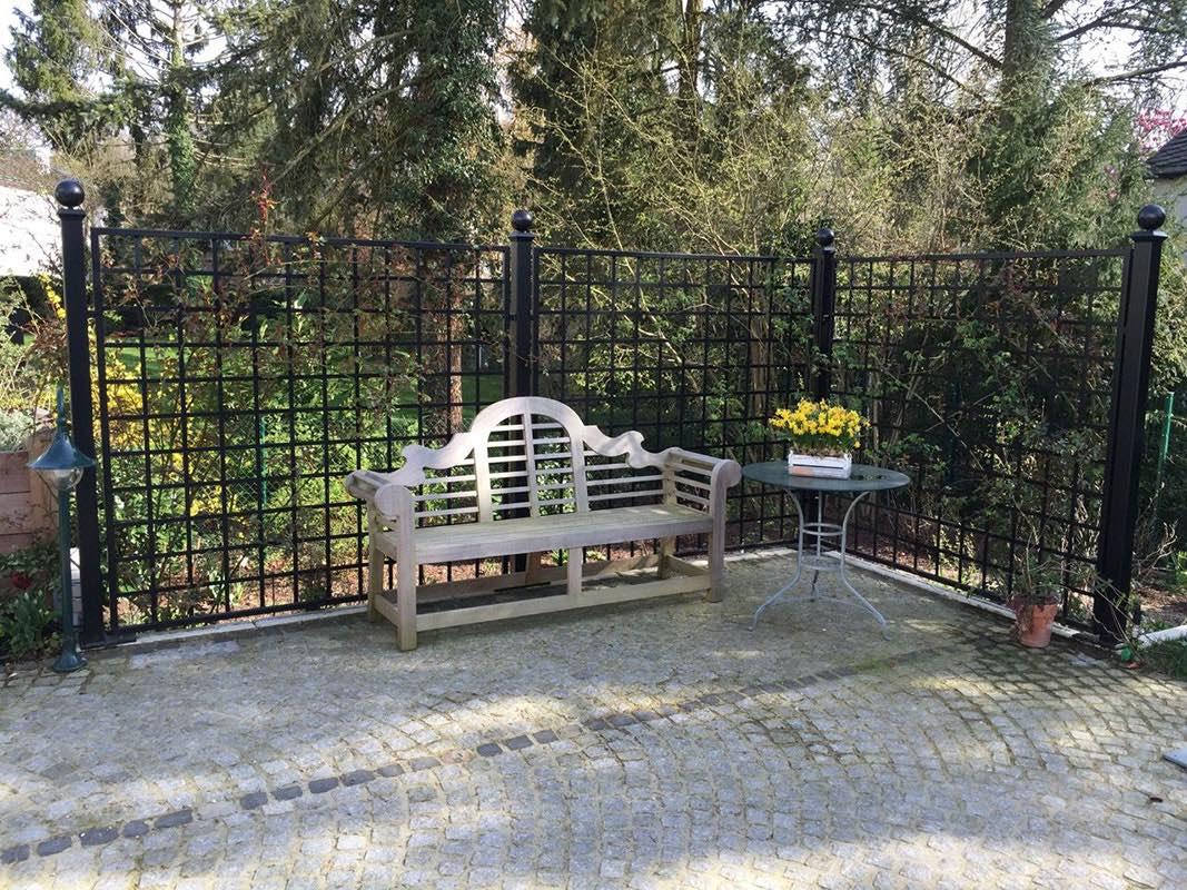 Schwarzer Trenngitter für Garten aus Metall mit Kugel