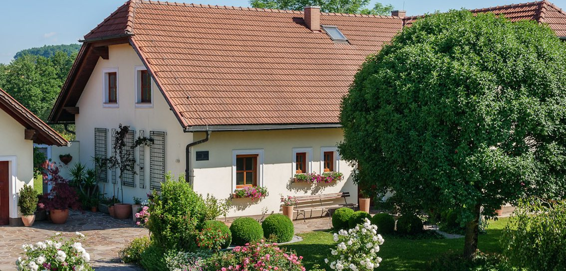 Vier Wandrankgitter an gelben Einfamilienhaus