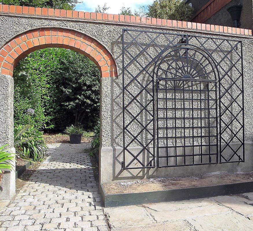 Wandspalier aus Metall für Rosen an grauer Wand
