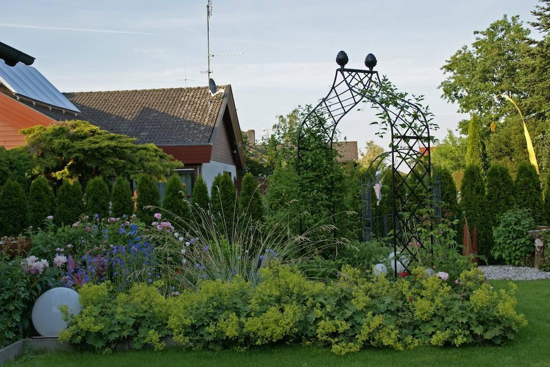 Zwei-Metall-Rosenbogen-im-Garten-bei-EFH