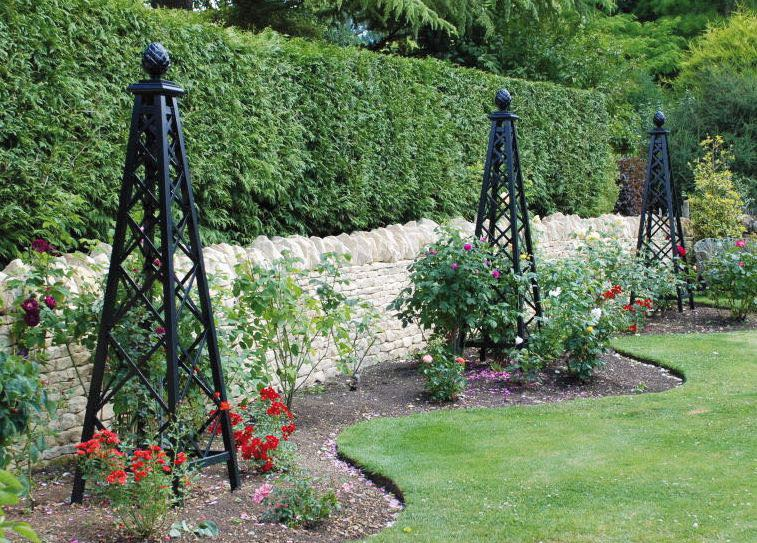 Drei Metall Rosenpyramiden in Schwarz im Garten