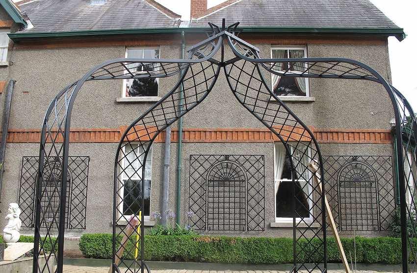 Drei Wandgitter Treillage Metall mit Rosenpavillon Metall
