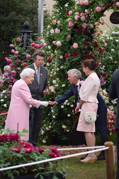 Elisabeth II. auf der Chelsea Flower Show 2018 mit Rosenpyramide Malmaison