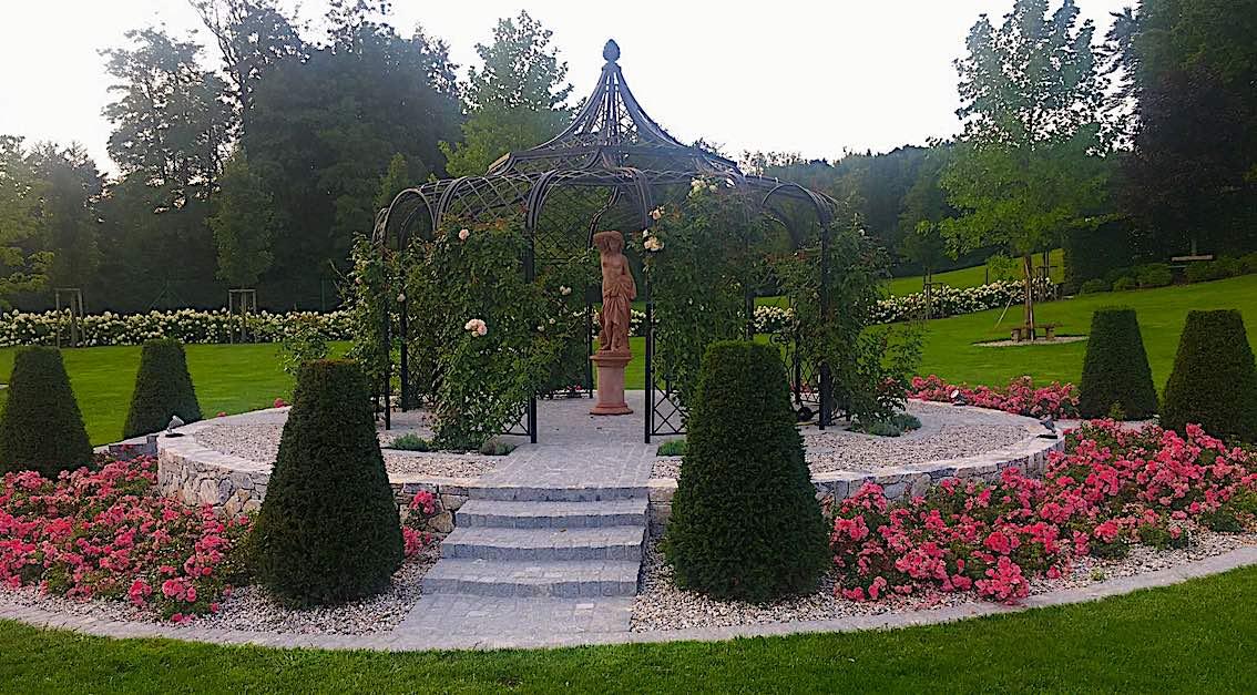 Fertig aufgebauter Metall Rosenpavillon