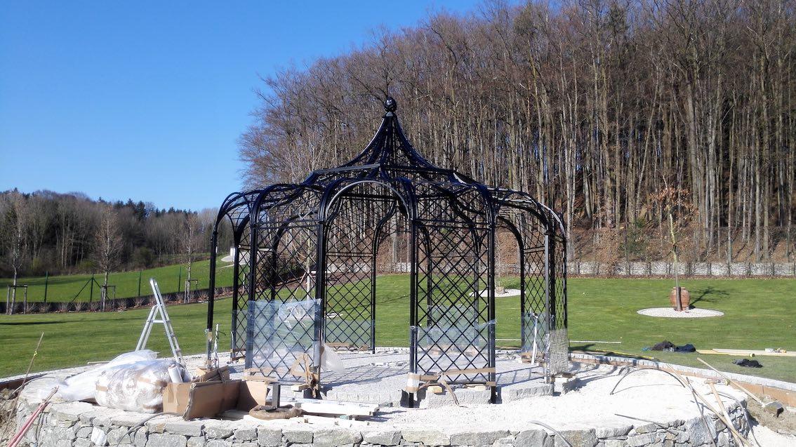 Halbfertiger Metall Rosenpavillon auf Podest