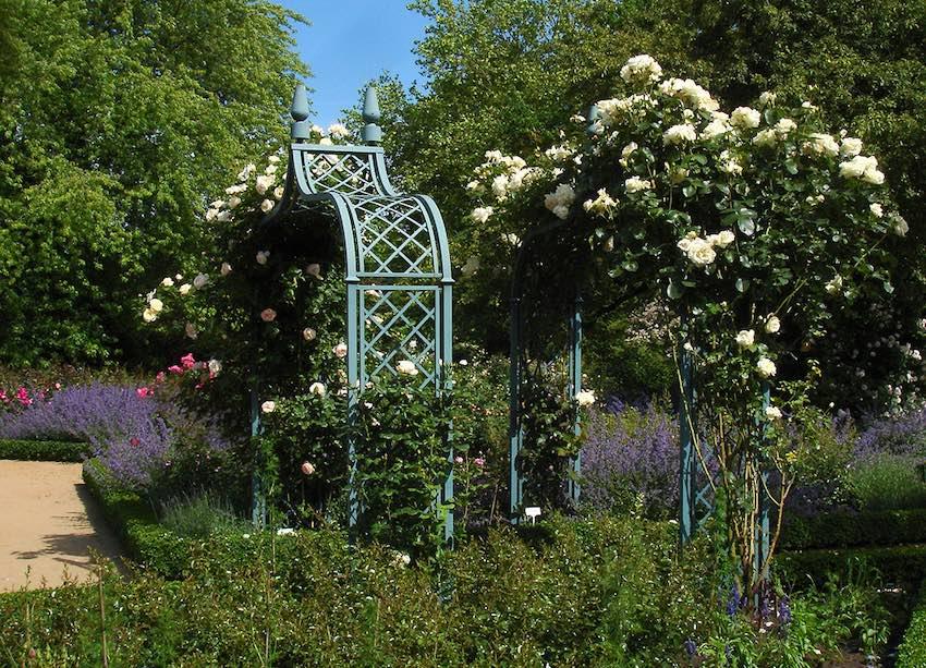 Metall Rosenbogen mit Gartentüre & Zaunanlage