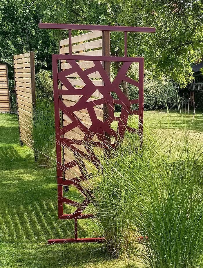 Japanisches rotes Metallgitter mitten im Garten