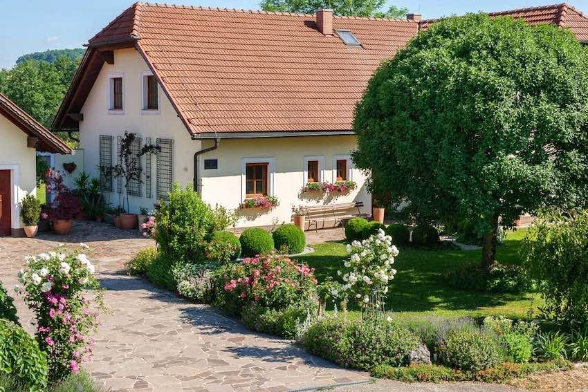Klassisches Rosen Wandspalier aus Metall am freistehenden Haus