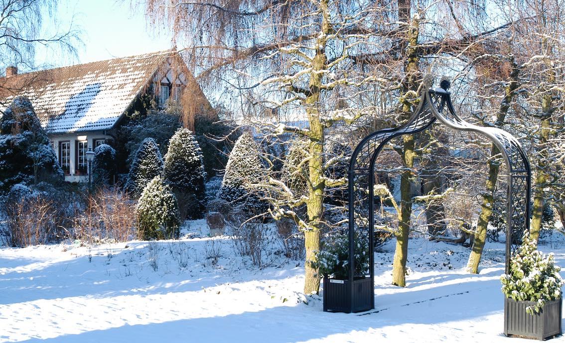 Metall Rosenbogen Winter mit zwei Metall Pflanzkübel