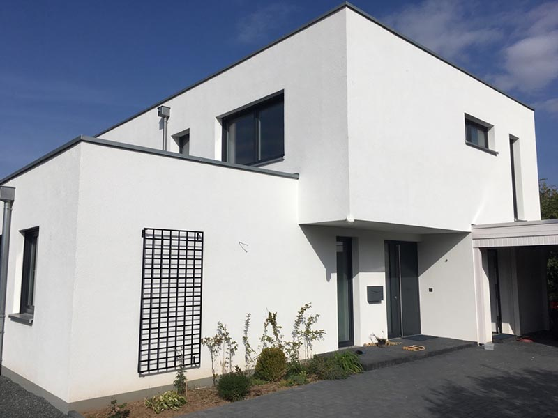 Metall Wandgitter im Bauhaus Design an weißer Wand