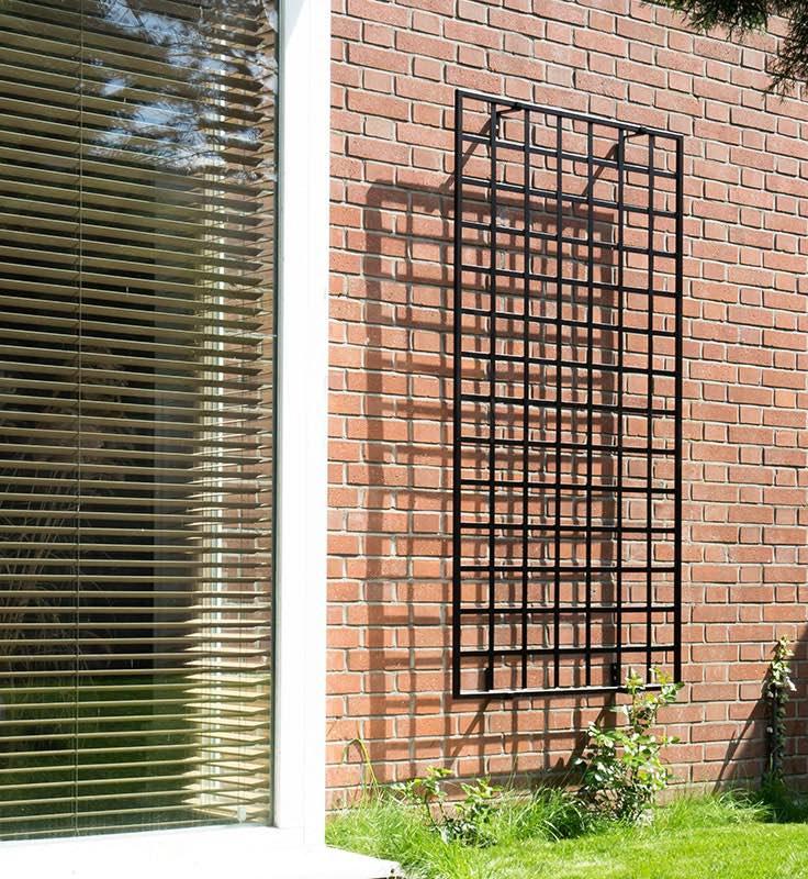 Rankgitter Bauhaus an Klinkerfassade Metall