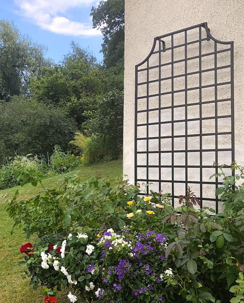 Rankhilfe-Wollaton-aus-feuerverzinktem-Stahl-vor-Blumenrabatte 1