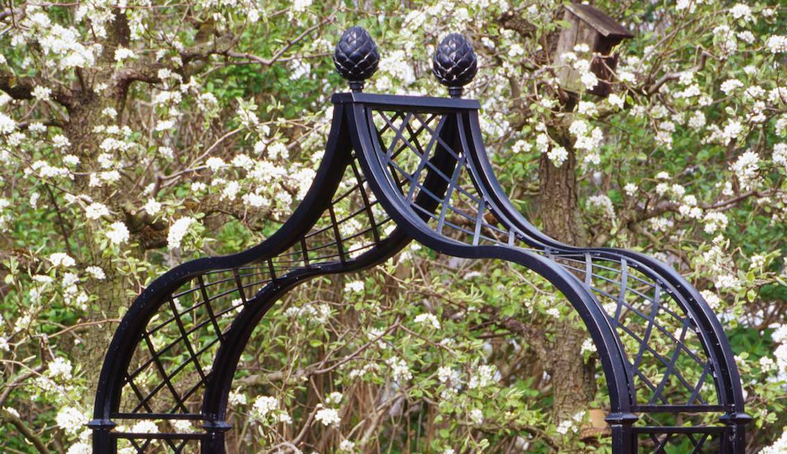 Rosenbogen mit zwei Pinienzapfen aus Metall