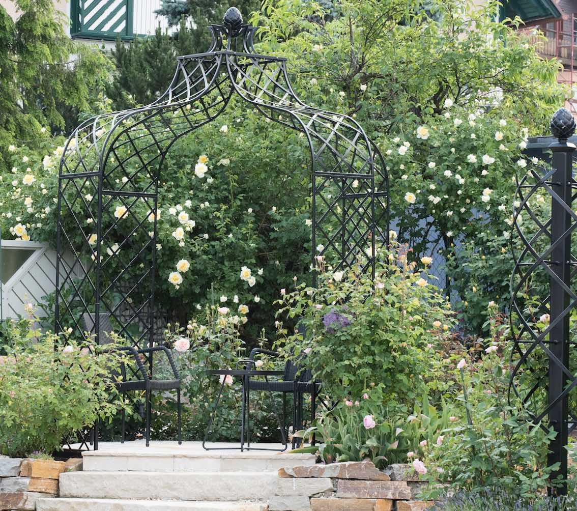Rosenpavillon mit Metall Pinienzapfen