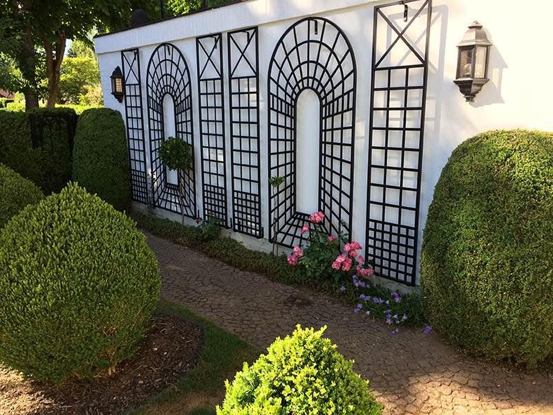 Sechs Wandrankgitter aus Metall für Blumen und Pflanzen an Hauswand